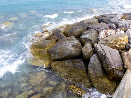Steine am Ufer in Marina di Andora -- Marina di Andora an der ligurischen Küste im Mittelmeer. Die Gemeinde liegt im Bezirk Savona in Italien.