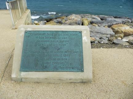 Gedenktafel in Marina di Andora -- Marina di Andora an der ligurischen Küste im Mittelmeer. Die Gemeinde liegt im Bezirk Savona in Italien.