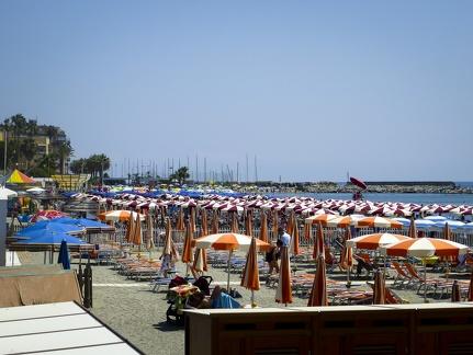 Strand von San Bartolomeo al Mare -- Strand und die Uferpromenade von San Bartolomeo al Mare in Nord Italien.