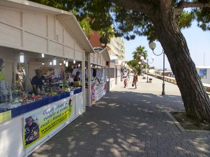 Promenade von San Bartolomeo al Mare -- Strand und die Uferpromenade von San Bartolomeo al Mare in Nord Italien.