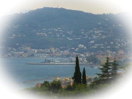 Blick auf San Bartolomeo al Mare -- Strand und die Uferpromenade von San Bartolomeo al Mare in Nord Italien.