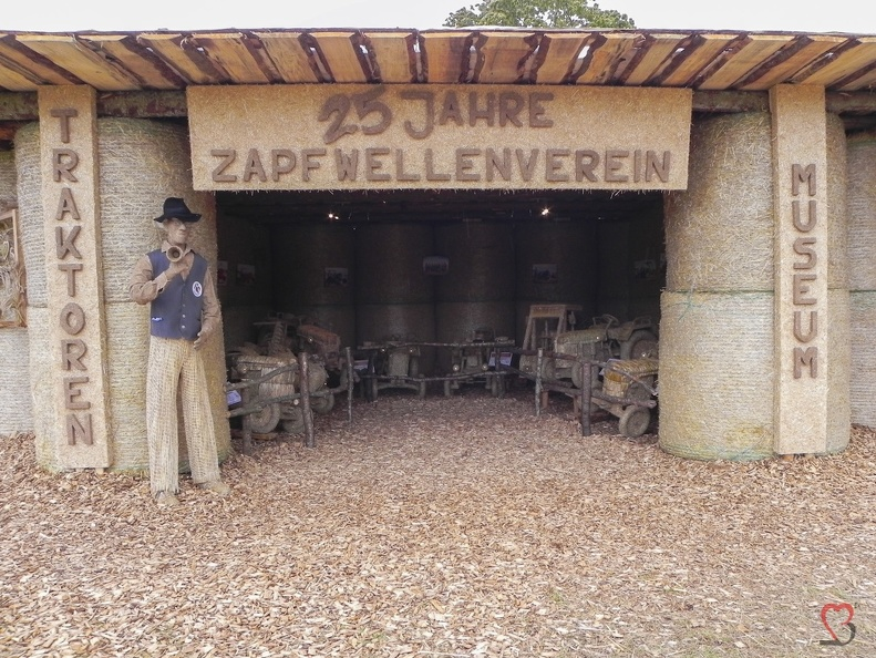 Zapfwellenverein -- Der jährliche Strohpark von Höchenschwand in Baden Würtemberg, veranstaltet beim RWG Bauernmarkt.