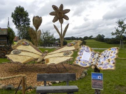 Schmetterline und Blumen -- Der jährliche Strohpark von Höchenschwand in Baden Würtemberg, veranstaltet beim RWG Bauernmarkt.