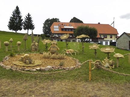 Biene Maja im Strohpark -- Der jährliche Strohpark von Höchenschwand in Baden Würtemberg, veranstaltet beim RWG Bauernmarkt.