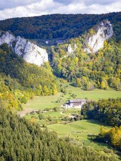 Gasthaus Jägerhaus -- Knopfmacherfelsen - Blick ins Donautal auf das Gasthaus Jägerhaus vom Knopfmacherfelsen bei Beuron in Baden Würtemberg