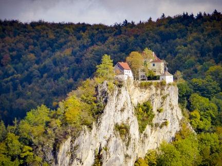 Burg Bronnen -- Knopfmacherfelsen - Blick ins Donautal auf Burg Bronnen vom Knopfmacherfelsen bei Beuron in Baden Würtemberg