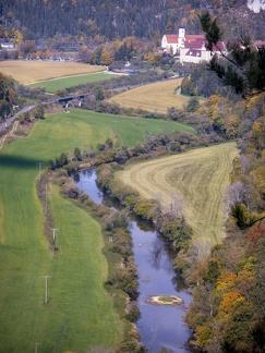 Donautal mit Beuron -- Knopfmacherfelsen - Blick ins Donautal nach Beuron vom Knopfmacherfelsen bei Beuron in Baden Würtemberg