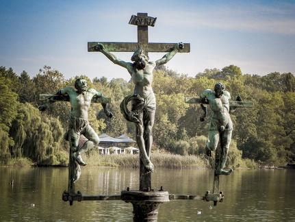 Kreuz Jesu mit Inschrift -- Insel Mainau - Kreuz Jesu mit Inschrift auf Insel Mainau
