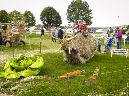 Schneckenpost -- Der jährliche Strohpark mit Skulpturen aus Stroh in Schwenningen Heuberg.