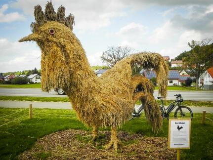 Hahn -- Der jährliche Strohpark mit Skulpturen aus Stroh in Schwenningen Heuberg.