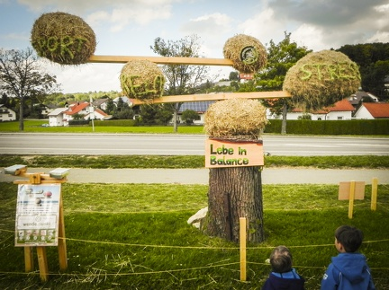 Lebe in Balance -- Der jährliche Strohpark mit Skulpturen aus Stroh in Schwenningen Heuberg.