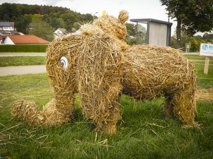 Elefant -- Der jährliche Strohpark mit Skulpturen aus Stroh in Schwenningen Heuberg.