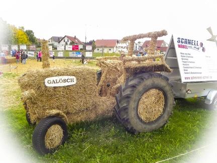 Traktor -- Der jährliche Strohpark mit Skulpturen aus Stroh in Schwenningen Heuberg.