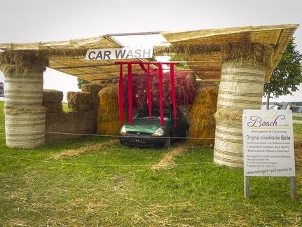Autowaschanlage -- Der jährliche Strohpark mit Skulpturen aus Stroh in Schwenningen Heuberg.