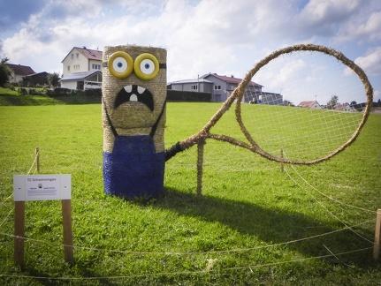 Minion mit Tennisschläger -- Der jährliche Strohpark mit Skulpturen aus Stroh in Schwenningen Heuberg.