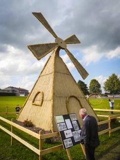 Windmühle -- Der jährliche Strohpark mit Skulpturen aus Stroh in Schwenningen Heuberg.