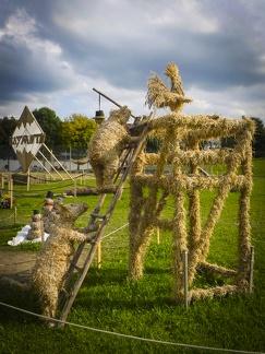 Leiter rauf -- Der jährliche Strohpark mit Skulpturen aus Stroh in Schwenningen Heuberg.