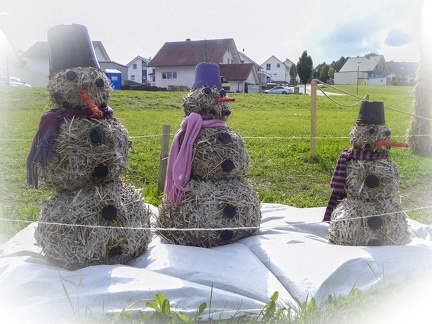 Schneemann Familie -- Der jährliche Strohpark mit Skulpturen aus Stroh in Schwenningen Heuberg.