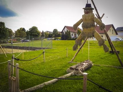 Hampelmann -- Der jährliche Strohpark mit Skulpturen aus Stroh in Schwenningen Heuberg.