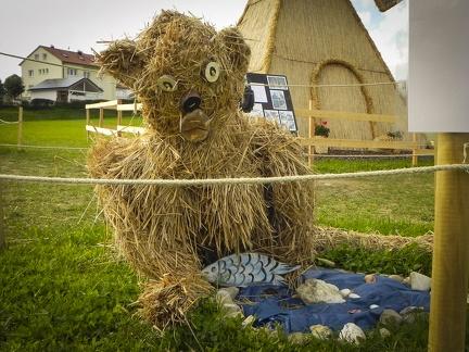Bär -- Der jährliche Strohpark mit Skulpturen aus Stroh in Schwenningen Heuberg.