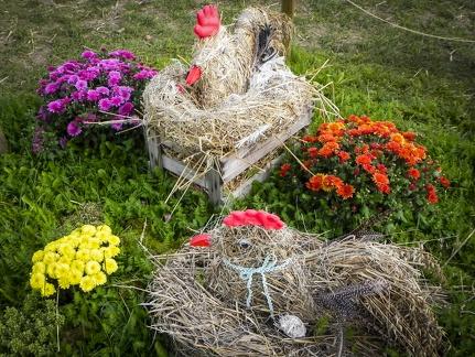 Hühner im Nest -- Der jährliche Strohpark mit Skulpturen aus Stroh in Schwenningen Heuberg.