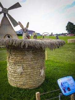Hase im Hut -- Der jährliche Strohpark mit Skulpturen aus Stroh in Schwenningen Heuberg.