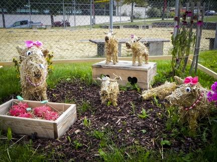 Hunde Familie -- Der jährliche Strohpark mit Skulpturen aus Stroh in Schwenningen Heuberg.
