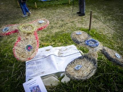Fidget Spinner -- Der jährliche Strohpark mit Skulpturen aus Stroh in Schwenningen Heuberg.