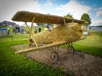 Flugzeug -- Der jährliche Strohpark mit Skulpturen aus Stroh in Schwenningen Heuberg.