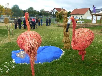 Flamingo -- Der jährliche Strohpark mit Skulpturen aus Stroh in Schwenningen Heuberg im Landkreis Sigmaringen im Naturpark obere Donau in Baden Würtemberg gelegen.