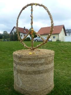 Weltfrieden -- Der jährliche Strohpark mit Skulpturen aus Stroh in Schwenningen Heuberg im Landkreis Sigmaringen im Naturpark obere Donau in Baden Würtemberg gelegen.