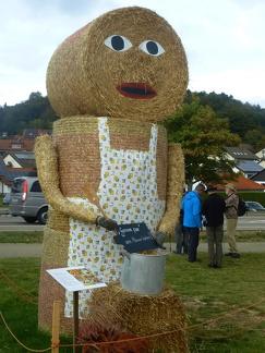 Kochkurs -- Der jährliche Strohpark mit Skulpturen aus Stroh in Schwenningen Heuberg im Landkreis Sigmaringen im Naturpark obere Donau in Baden Würtemberg gelegen.