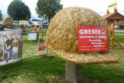 Bauarbeiter Helm -- Der jährliche Strohpark mit Skulpturen aus Stroh in Schwenningen Heuberg im Landkreis Sigmaringen im Naturpark obere Donau in Baden Würtemberg gelegen.