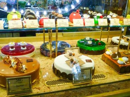Torten im Feinkostladen -- Sankt Petersburg - Torten im Feinkostladen der ehemaligen Handelsgesellschaft Gebrueder Jelissejew erbaut im Jahr 1902 bis 1903 am Newski Prospekt 56 in Sankt Petersburg
