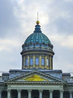 Turm der Kasaner Kathedrale -- Sankt Petersburg - Turm der Kasaner Kathedrale am Newski Prospekt in Sankt Petersburg erbaut von 1801 bis 1811 nach dem Vorbild des römischen Petersdoms.