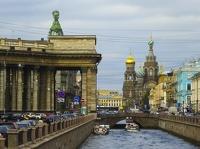 Sankt Petersburg - Gribojedow-Kanal mit Kasaner Kathedrale links und Blutskirche im Hintergrund in Sankt Petersburg (klick für Vollbild)
